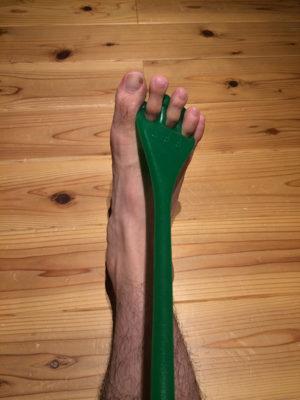 さっそく足指にFrogHandを装着!